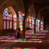 ステンドグラスと朝の光の優美な共演―ピンクモスク(イラン)